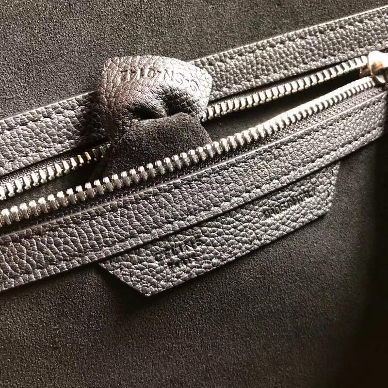 海外原单 LUGGAGE牛皮手袋 顶部为拉链闭合。内设简洁扁平口袋。金色五金。可拆卸肩带。可单肩或斜挎 尺寸26Cm