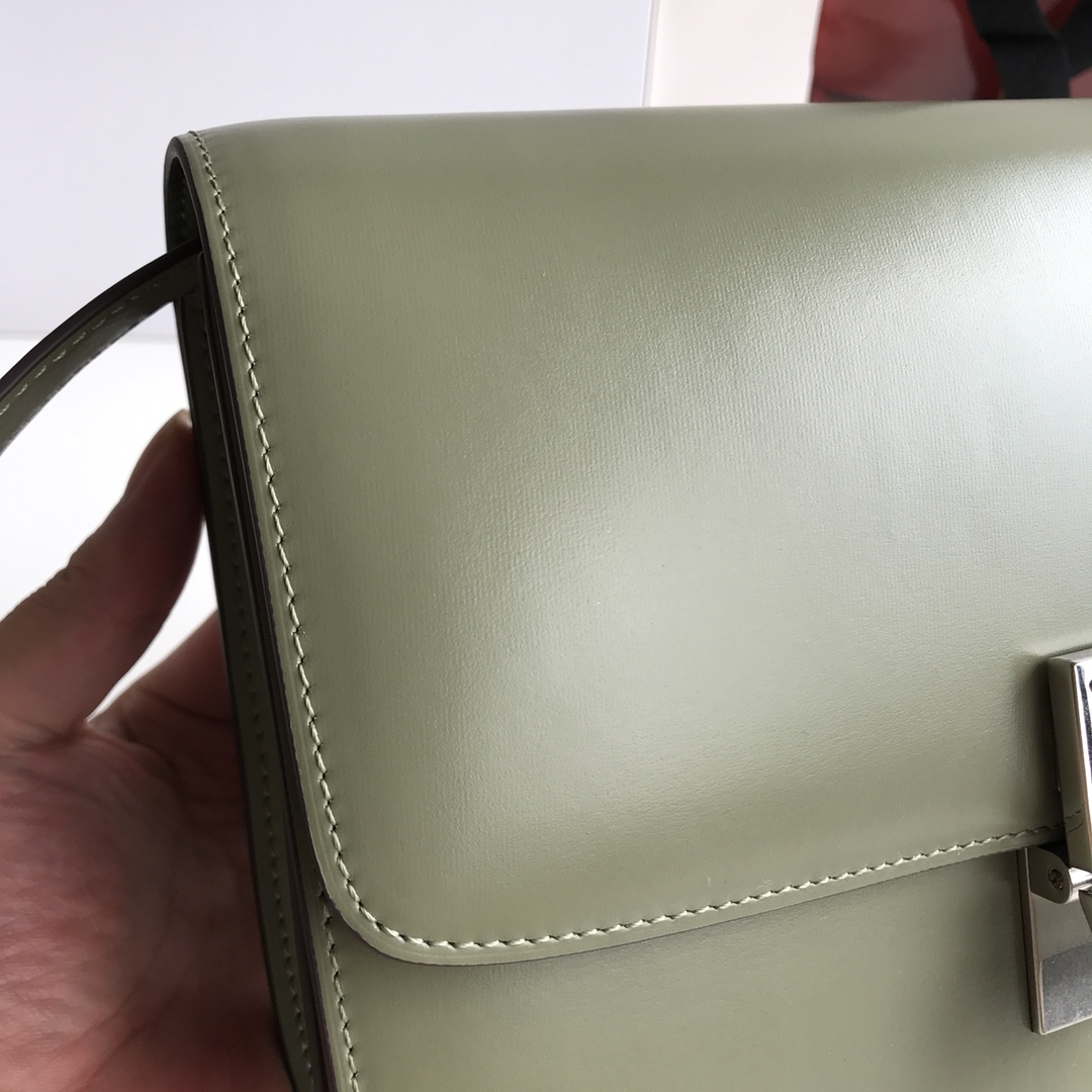 CELINE 全新升级classic box 椰林绿手搓纹金银扣 搭配羊皮内里 完美复古包 24cm