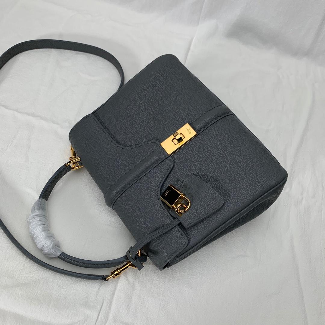 """""""16""""手袋 灰色荔枝纹 23x19x10.5 cm 100%小牛皮 金色金属件 黄铜锁扣 可肩背或斜挎"""