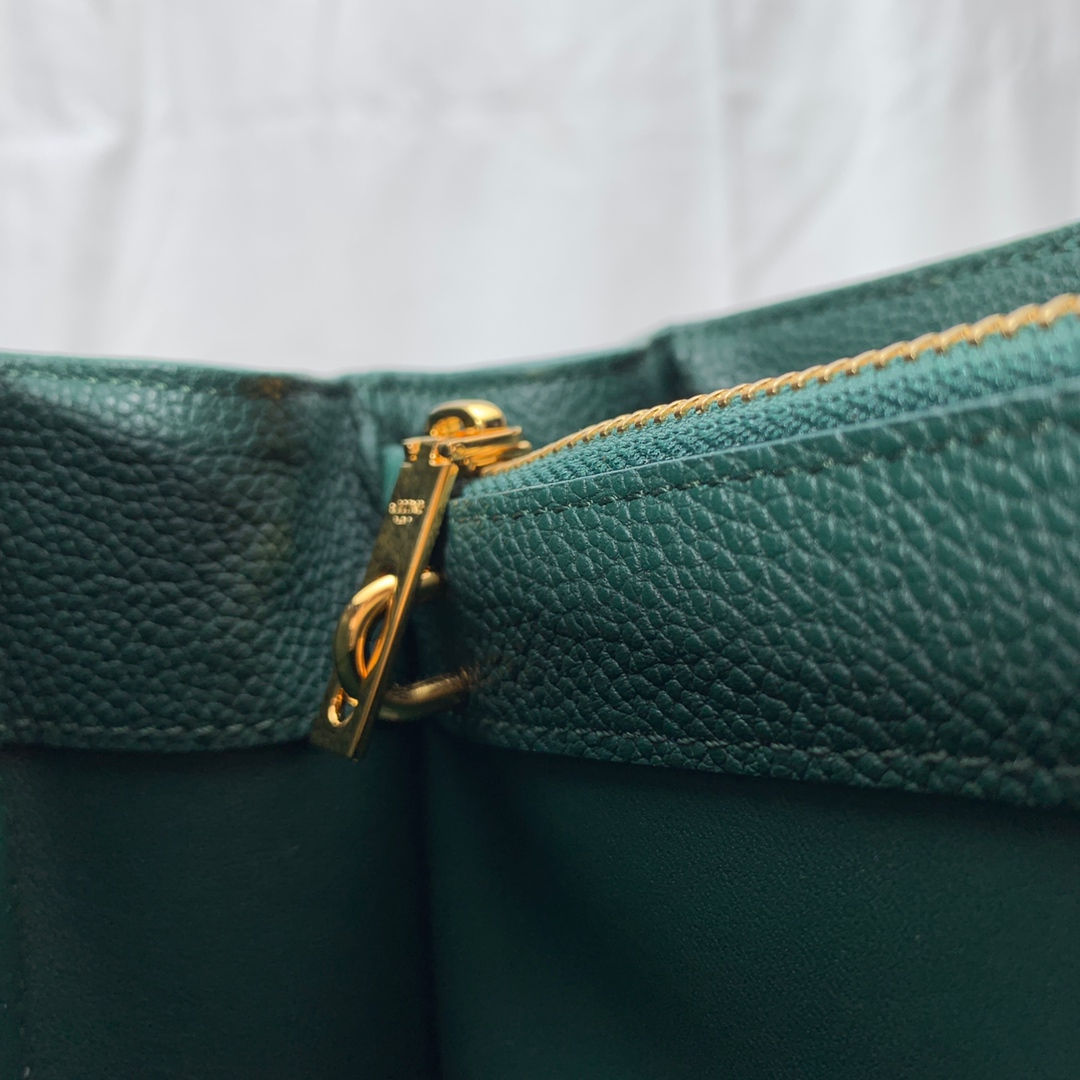 """""""16""""手袋 墨绿色荔枝纹 23x19x10.5 cm 100%小牛皮 金色金属件 黄铜锁扣 可肩背或斜挎"""