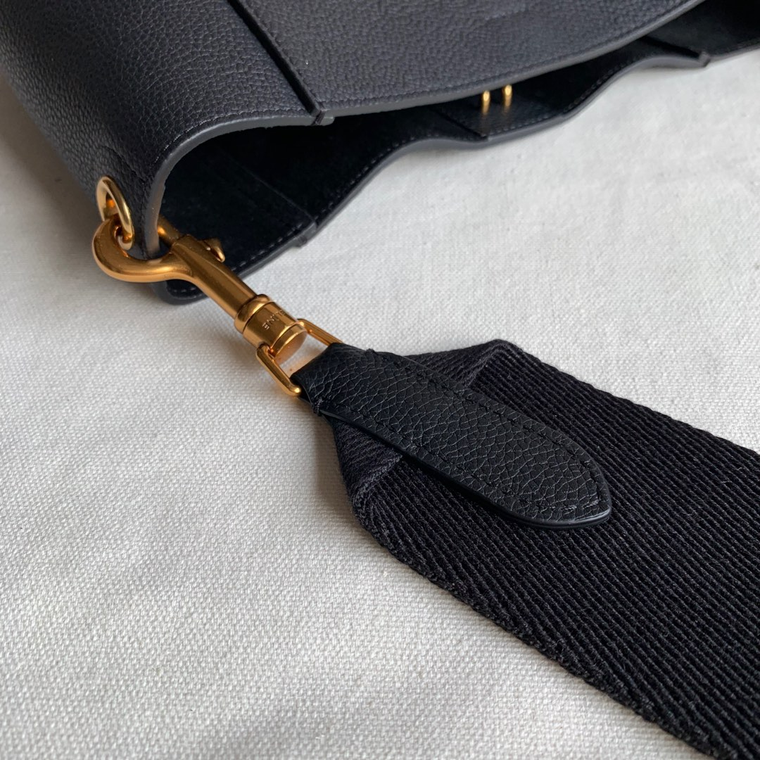 Celine 黑色荔枝纹 SANGLE BUCKET小号柔软粒面小牛皮水桶包 18 X 25 X 12 厘米