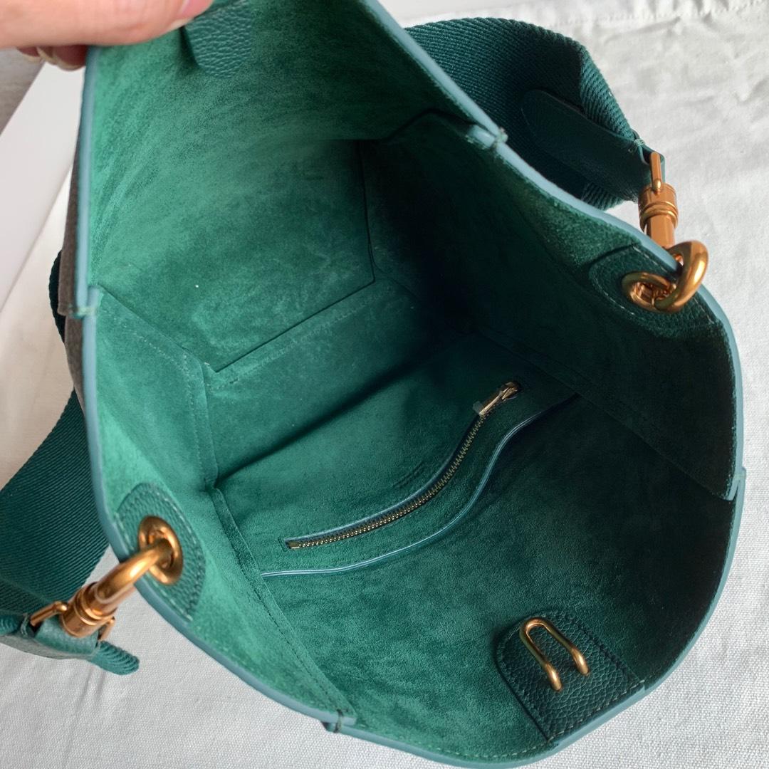 Celine 墨绿色 荔枝纹 SANGLE BUCKET小号柔软粒面小牛皮水桶包 18 X 25 X 12 厘米