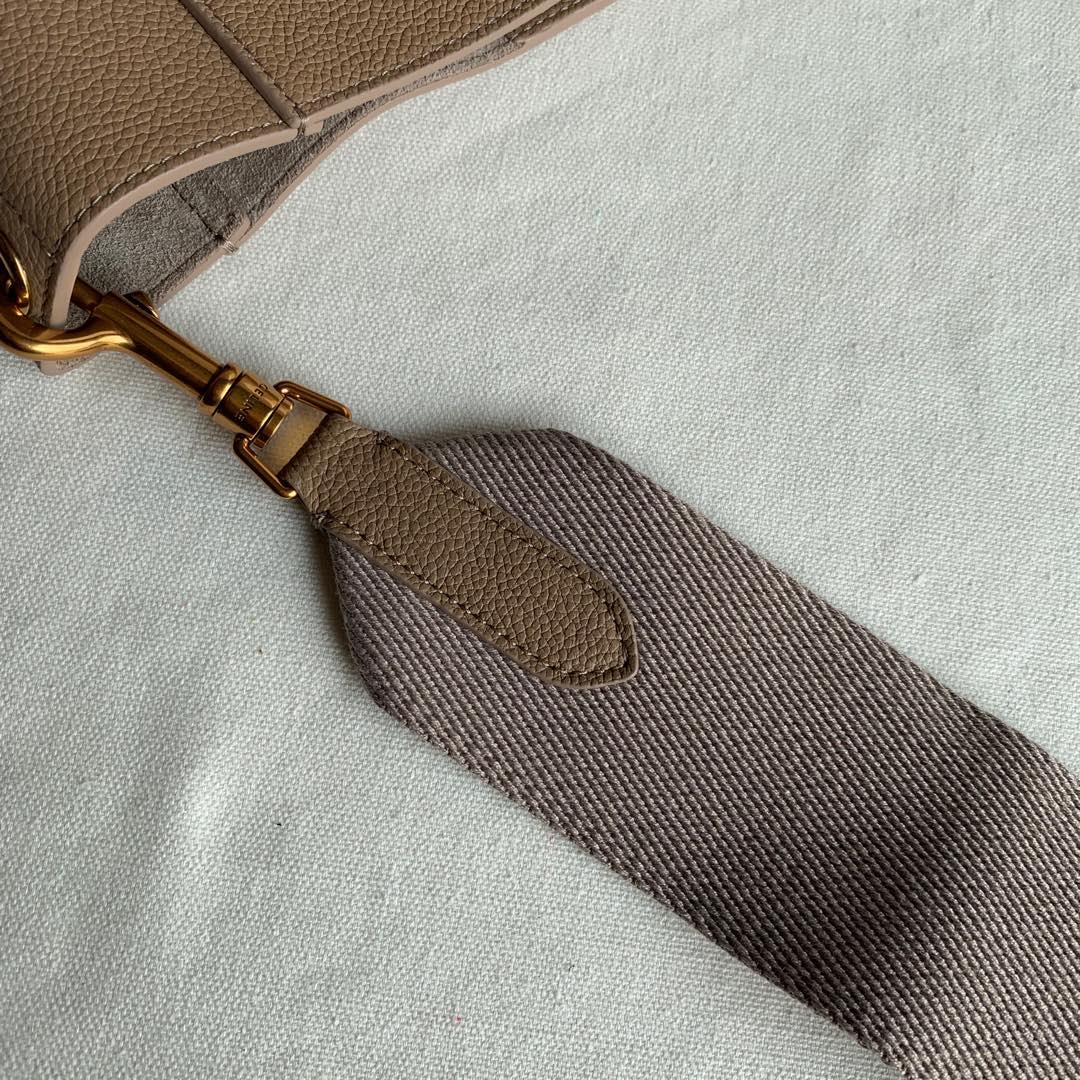 Celine 沙丘色 荔枝纹 SANGLE BUCKET小号柔软粒面小牛皮水桶包 18 X 25 X 12 厘米