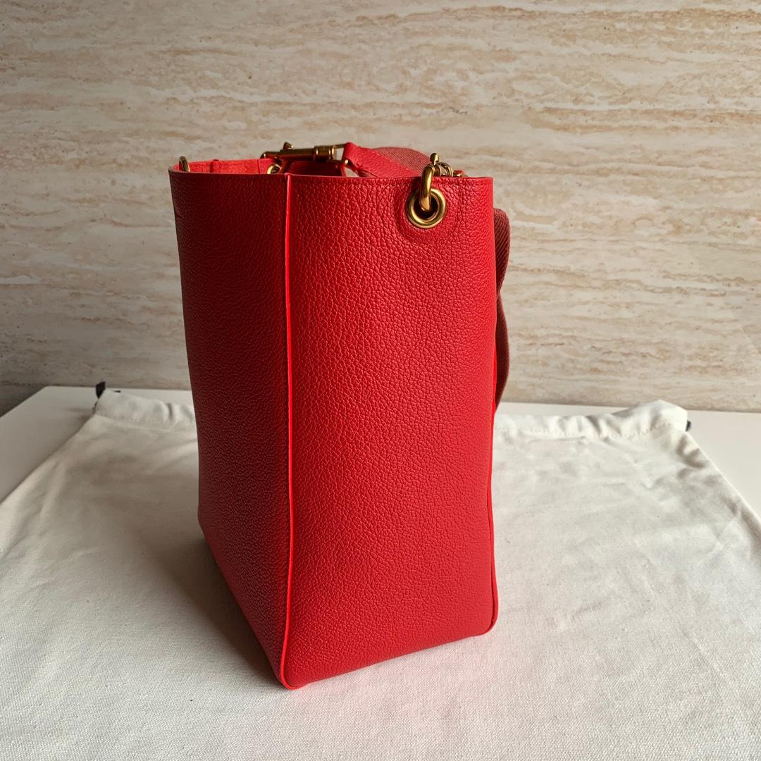 Celine 大红色 荔枝纹 SANGLE BUCKET小号柔软粒面小牛皮水桶包 18 X 25 X 12 厘米
