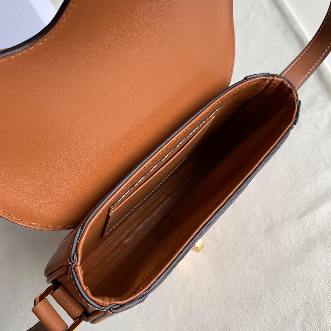 BESACE 16 小号手袋 缎面小牛皮 小羊皮衬里 19 X 17 X 6 厘米 焦糖色平纹 黄褐色