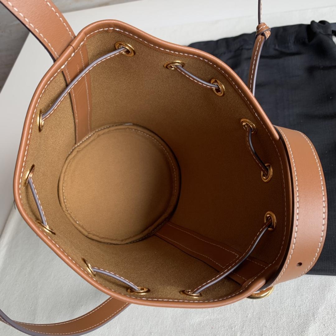 Celine官网 TRIOMPHE帆布小号抽绳包 6 X 8 X 6英寸 14 X 21 X 14厘米