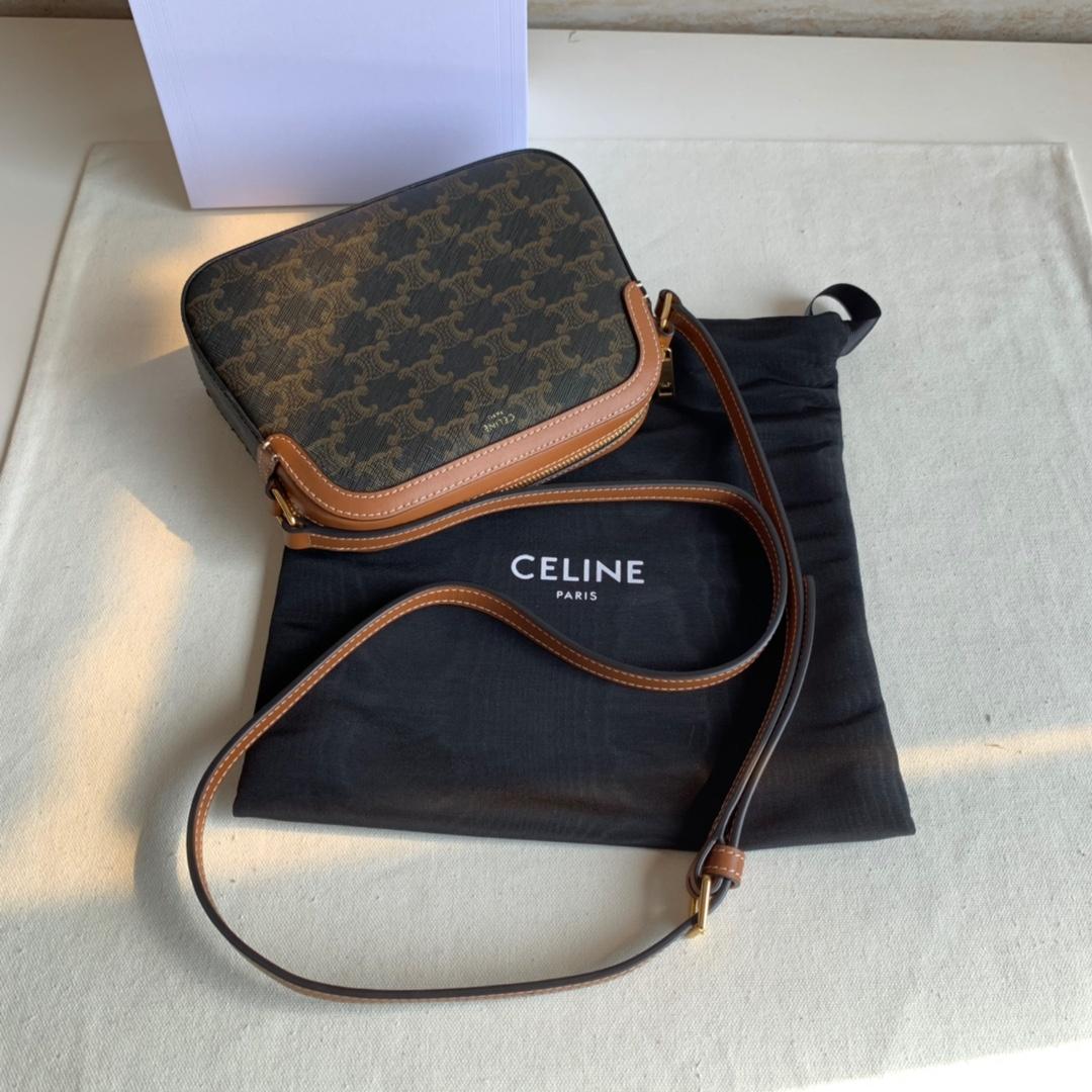 Celine官网 TRIOMPHE帆布小号相机包 8 X 6 X 2英寸(20 X 15 X 5厘米)